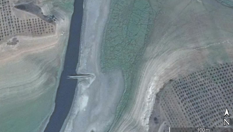 1990 yılında Sır Barajı'na gömülen tarihi Afşar Köprüsü kurak mevsimlerde ortaya çıkıyor.