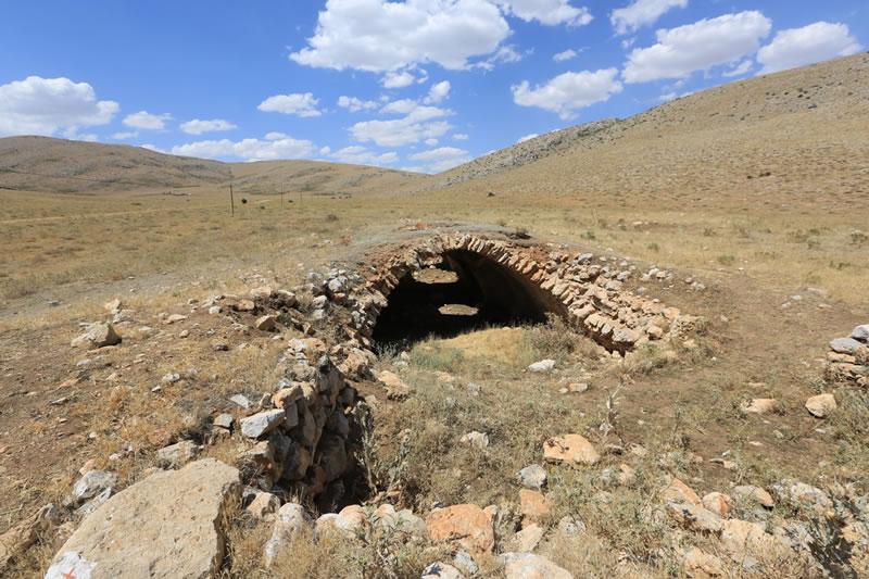 Afşin Norşun Köyü'nde bulunan Kuru Han'ın güneyden görünüşü