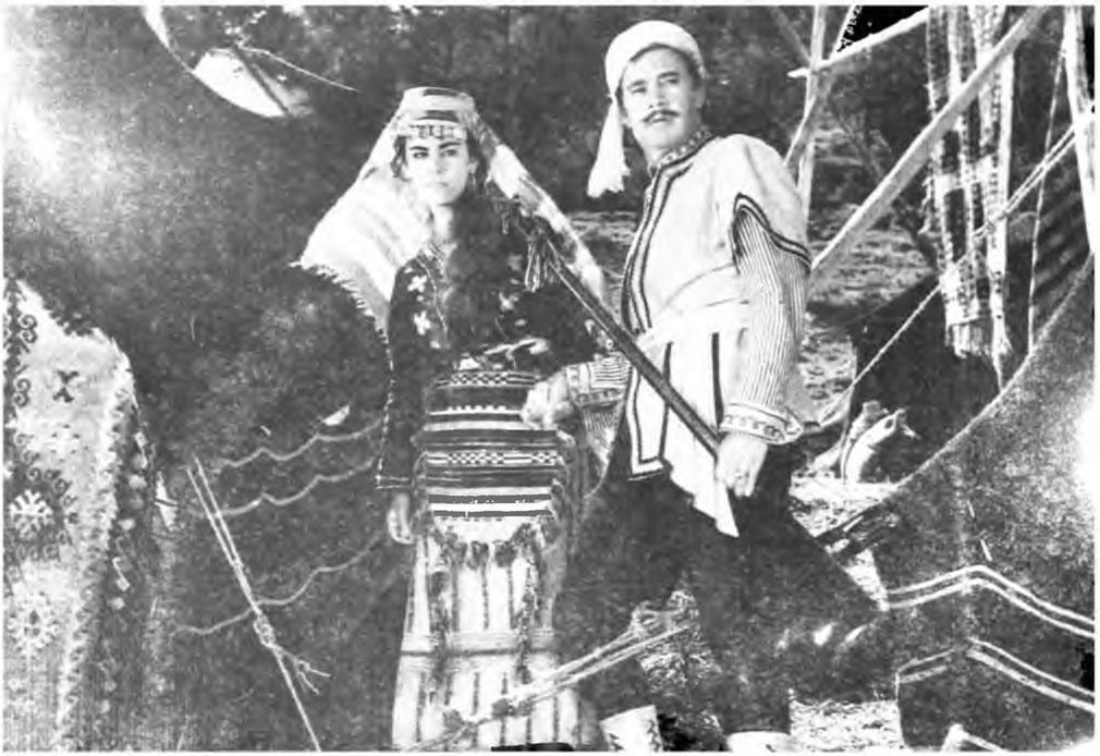 Karacaoğlan'ın Kara Sevdası filminde Nuri Altınok ve Tijen Par bir sahnede - 1959
