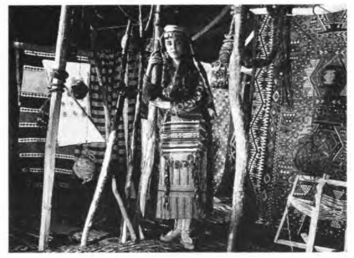 Karacaoğlan'ın Kara Sevdası filminde Tijen Par Kadirli'de kurulan yörük çadırında görülüyor