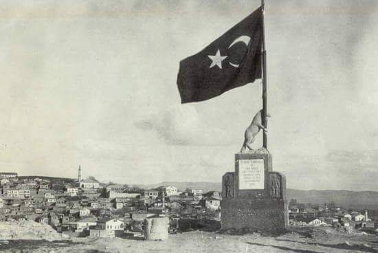 Maraş Kalesi'nde Atatürk döneminde  1936 yılında yaptırılan ama günümüze ulaşmayan bayrak tutan kurt heykeli